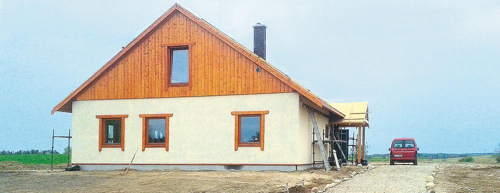 Nowoczesna budowa z drewna i ze słomy
