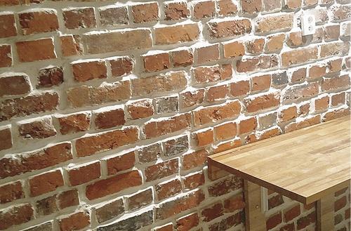 Cegły wydobyte spod tynku