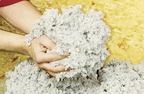 Docieplanie skosów poddasza celulozą