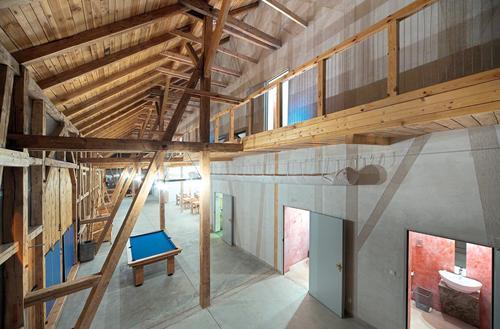 Przestrzeń pod dużym dachem