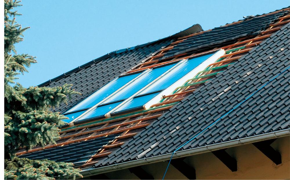 Jak w stary dach wstawić okno i kolektor?